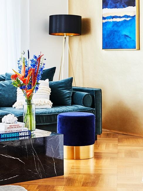 Goldfarbene Tapete im Wohnzimmer