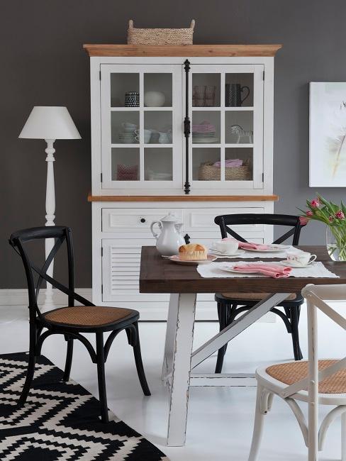 Wandfarbe Grau in Esszimmer mit schwarzen und weißen Möbeln