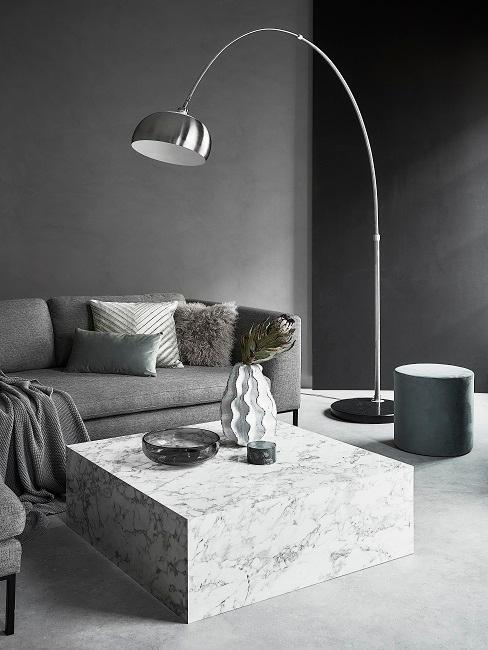 Grau-schwarze Wände in komplett grauem Wohnzimmer
