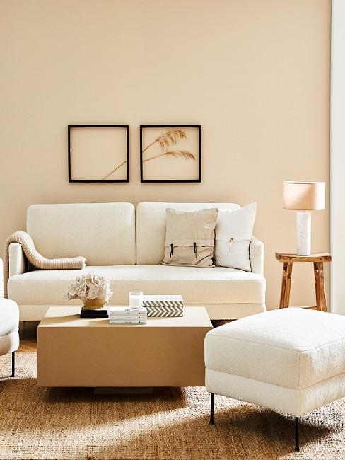 Beigefarbene Wand in Wohnzimmer mit cremefarbenem Sofa und Holzmöbeln