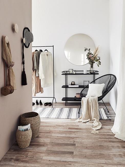 Beigefarbene Wand im Flur mit schwarzen und weißen Möbeln und Accessoires