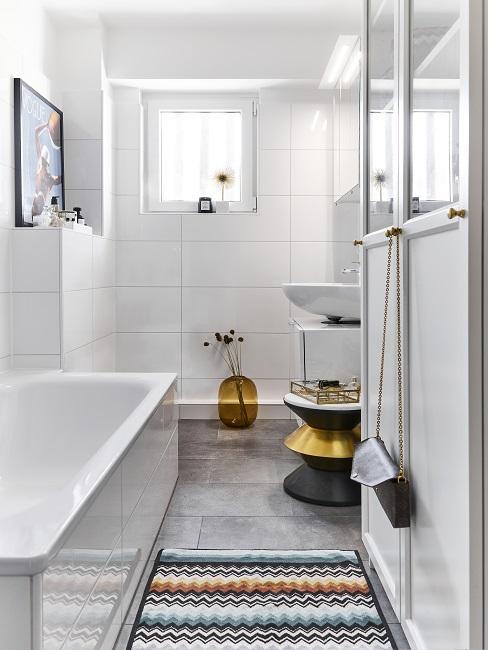 Bad in erster eigner Wohnung mit Badewanne, Kommode, Beistelltisch und Blumenvase