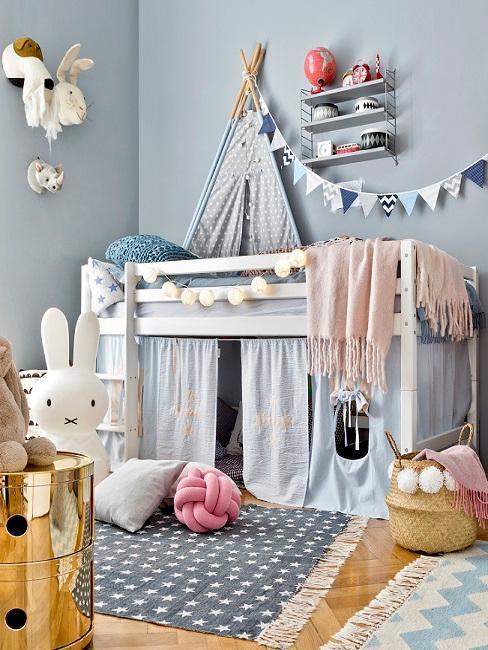 Kinderzimmer dekorieren für Jungen mit blauer Wandfarbe, Wimpelkette, Kissen und Decke