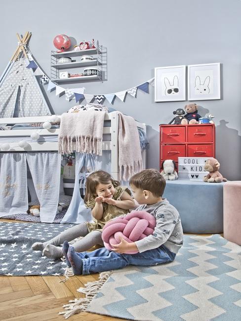Blaues Geschwisterzimmer mit Hochbett, Tipi, Wimpelkette und Teppichen