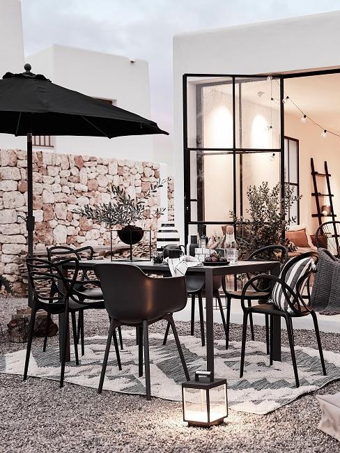 Selbst gebaute Terrasse in Schwarz-Weiß