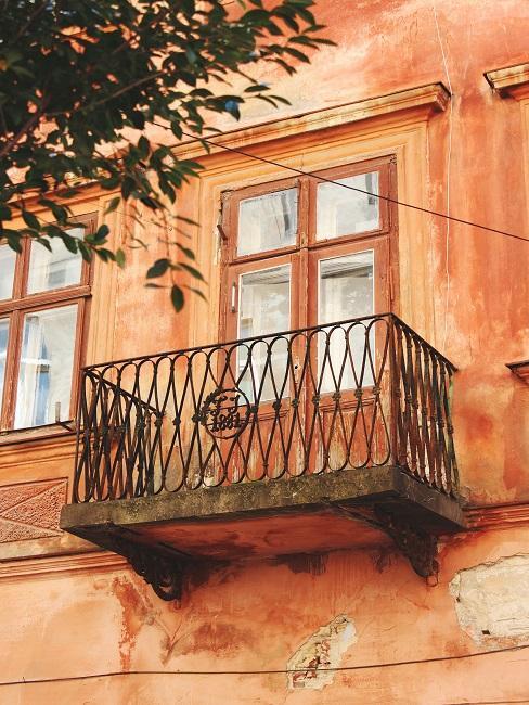 Balkon an orangefarbener Fassade