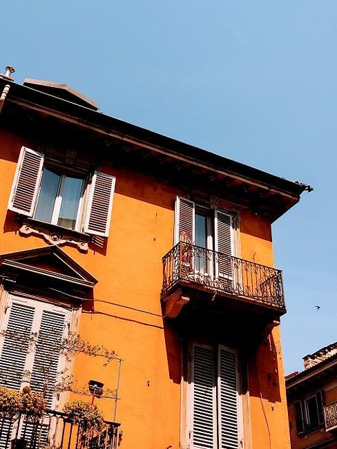 Balkon an orangefarbenem Haus