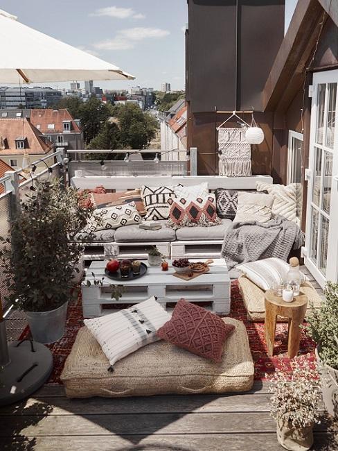 Balkon gestalten im Ethno Style mit palettenmöbeln und Kissen