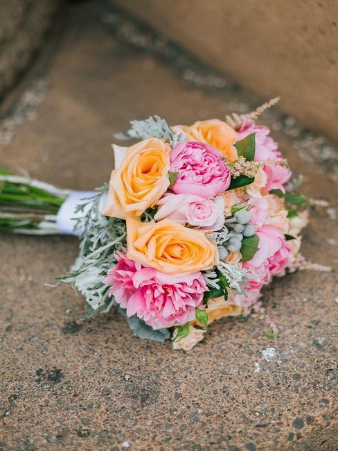 Blumenstrauß mit Rosne und Pfingstrosen