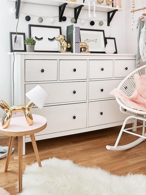 Sideboard mit Bildern im Babyzimmer komplett