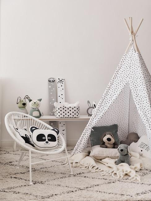 Grau-Weißes Babyzimmer mit Tipi, Sessel und Kuscheltieren
