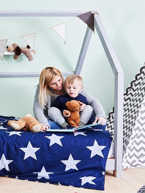 Kinderzimmer in Grün mit Hausbett und blauer Bettwäsche