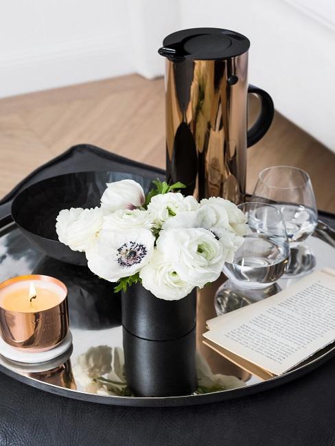 Kleines Blumenarrangement in schwarzer Vase