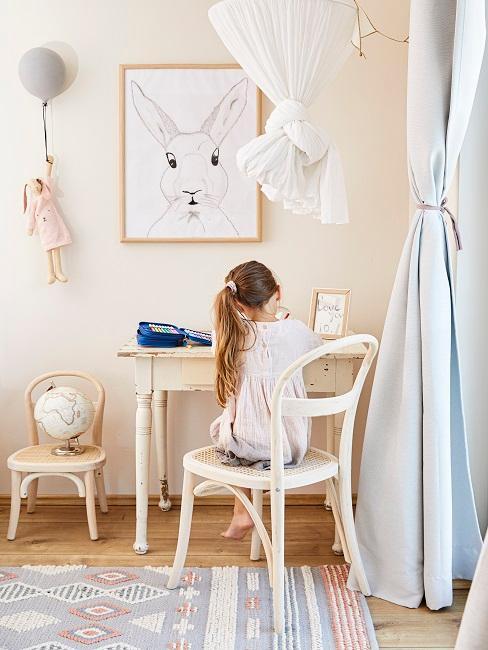 Pastellfarbenes Kinderzimmer mit hellen Holzmöbeln und Hasendeko