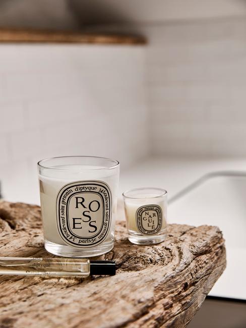 Encimera de madera con vela aromatizada y perfume