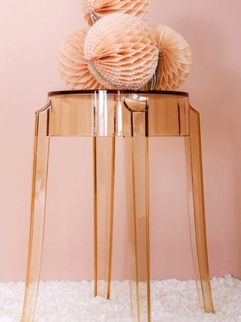 Taburete transparente rosáceo con pompones rosas
