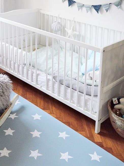 Cuna con fundas nórdicas blancas para bebé