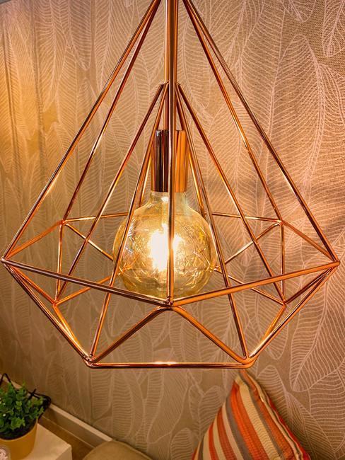 Lámpara rodeada de estructura metálica geométrica