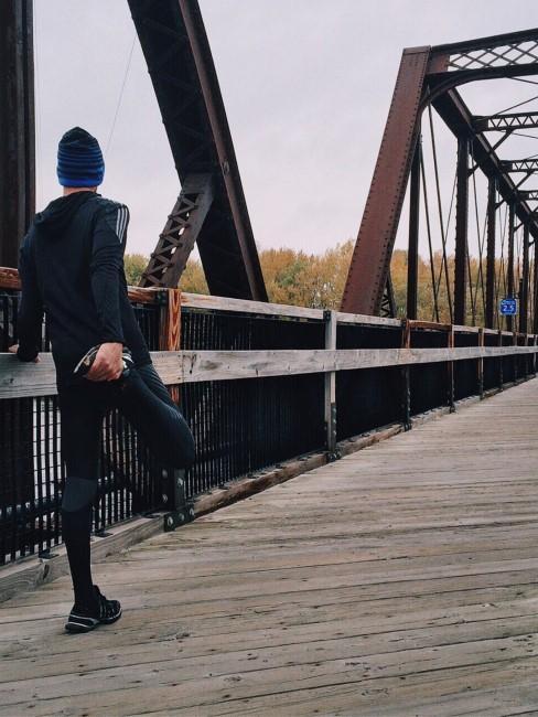 hombre haciendo deporte en un puente