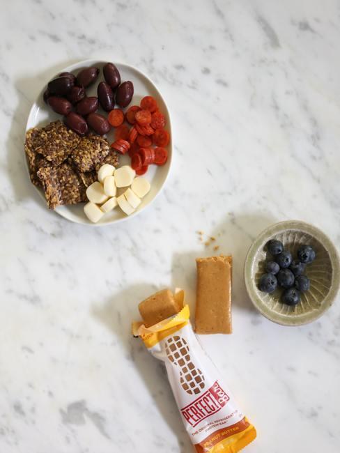 Boles con arándanos y superfood con una barra de crema de cacahuete