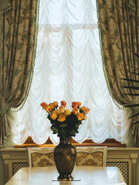 Cortinas doradas y verdes en un salón de estilo barroco