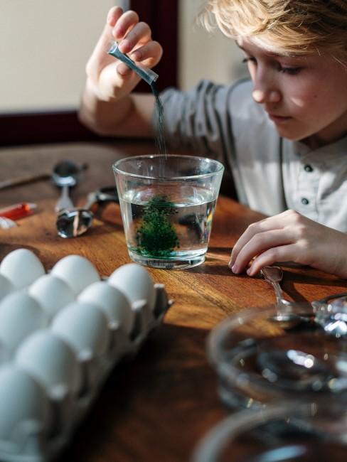niño haciendo experimentos con huevos