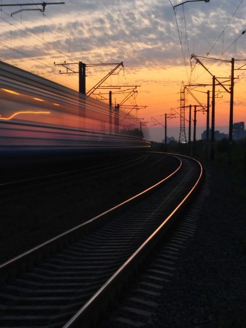 tren viajando en atardecer