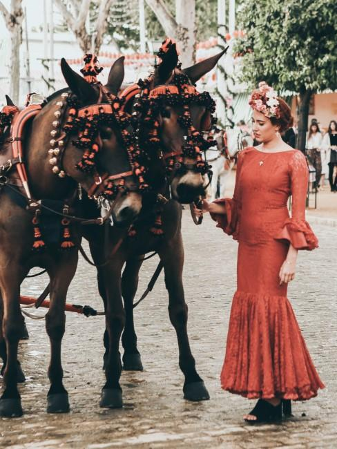 caballos y mujer en sevillana