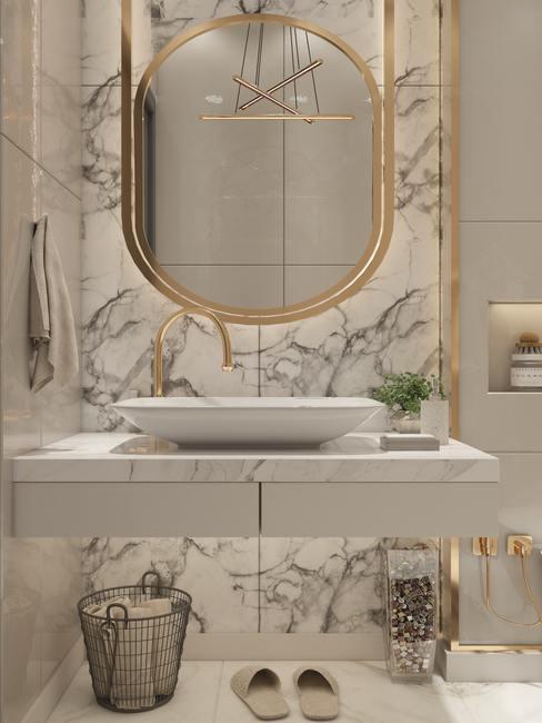 Salle de bain avec mur marbré et miroir doré