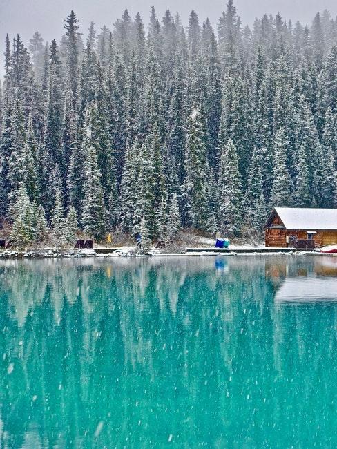 Minimaison au bord d'un lac