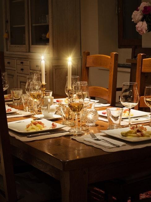 Belle table dressée pour un dîner somptueux; décoré des bougies