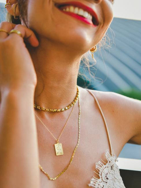 Femme souriante avec des bijoux