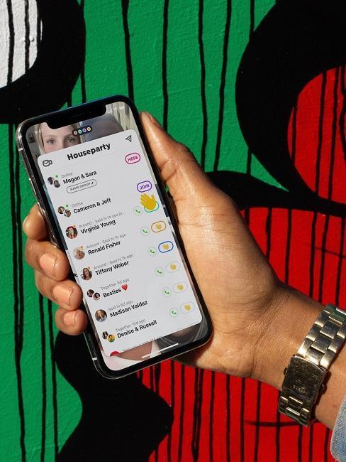 Téléphone en main ouvert sur l'application Houseparty