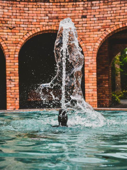 Grande fontaine dans une cour intérieure