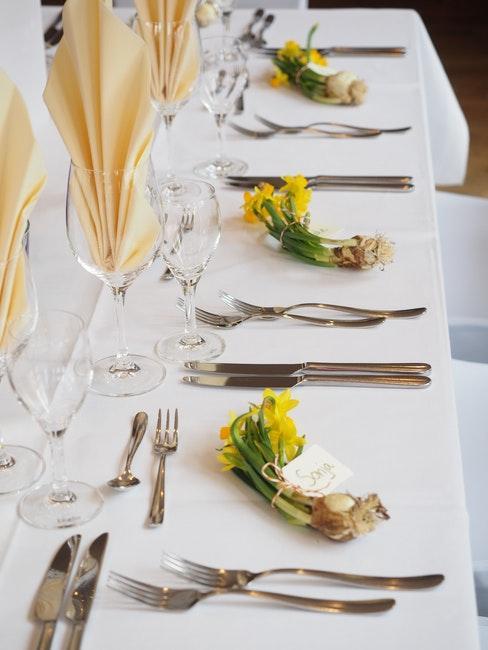 Table de mariage avec cartons accompagnes de fleurs jaunes