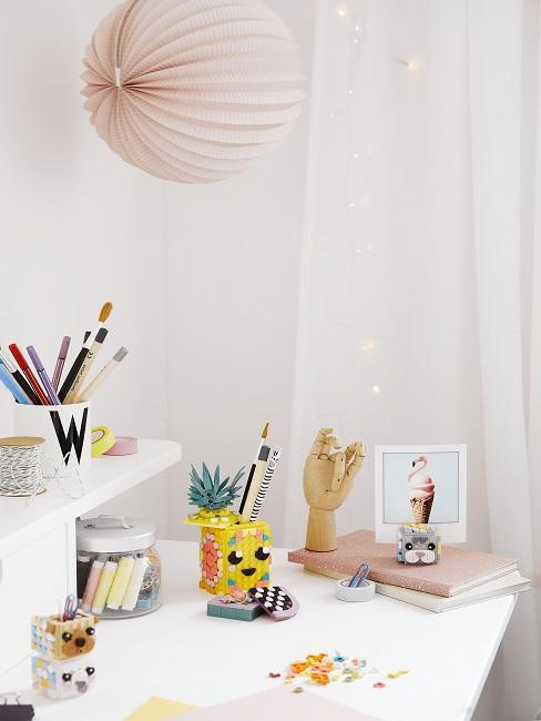 bureau chambre d enfant avec des accessoires bureau et une suspension boule