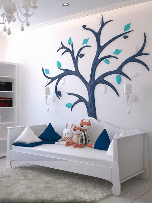 Stanza per bambini con decorazione da parete ad albero