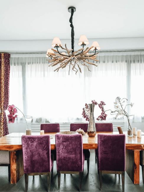 Tavolo da pranzo con sedie viola e lampadario a soffitto