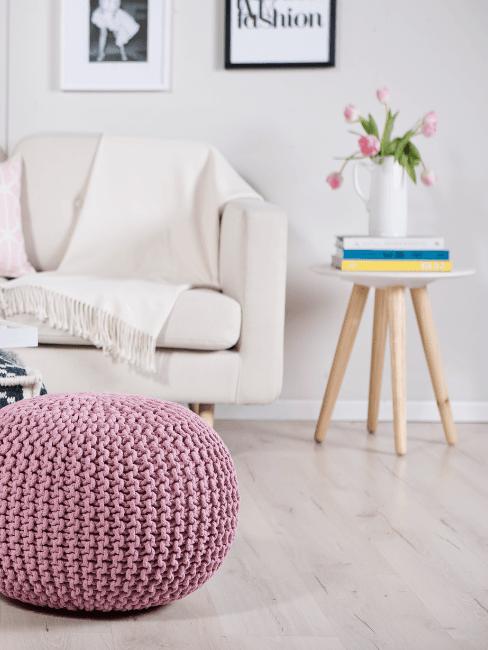 Salorro moderno con Parquet rovere sbiancato e pouf rosa