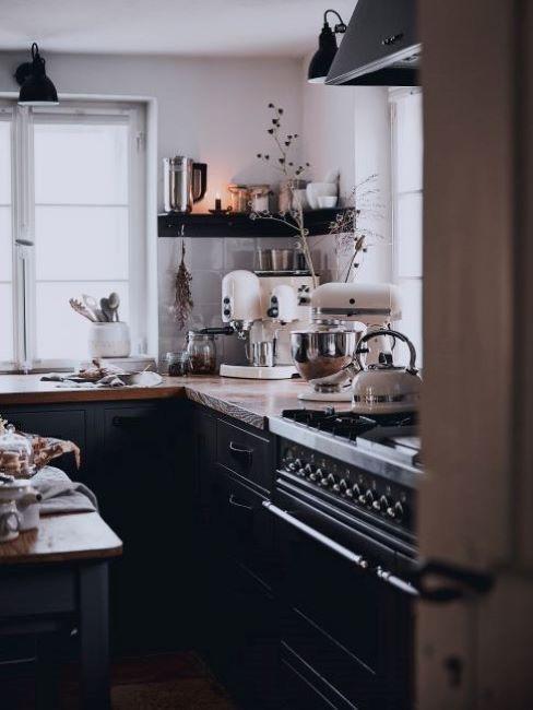 cucina nera con elettrodomestici bianchi