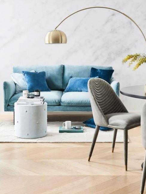 soggiorno stile contemporaneo con divano azzurro