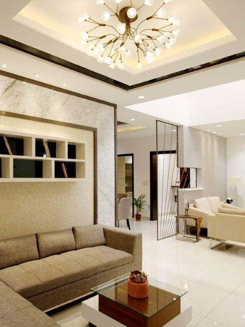 soggiorno con controsoffitto in cartongesso con faretti e lampadario centrale