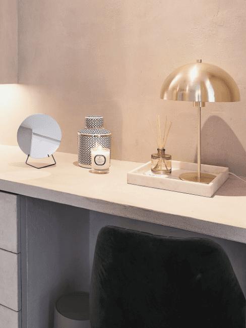 Pareti e mobili color champagne con lampada oro