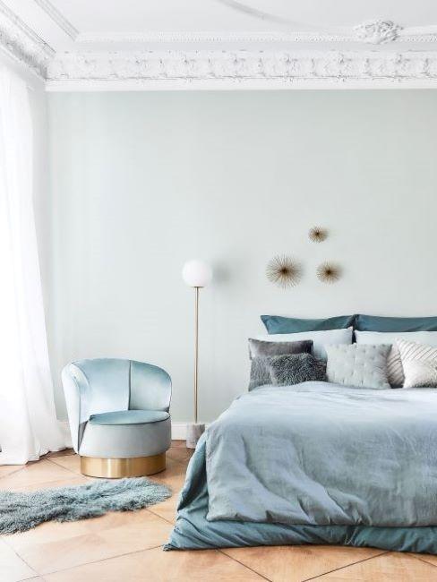 camera da letto con parete verde menta e tessili azzurri
