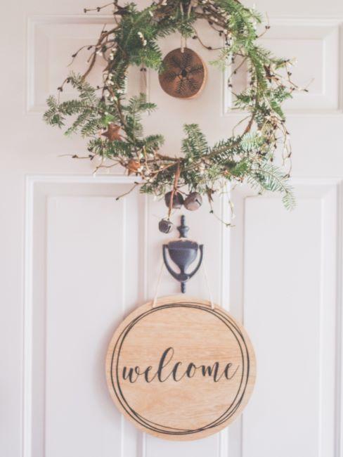 porta di ingresso con hirlanda e scritta welcome