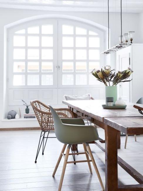 casa moderna ristrutturata con grande finestra bianca