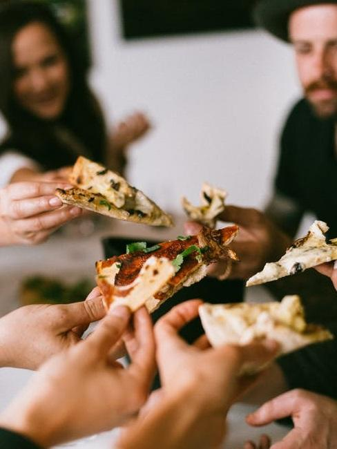 cena tra amici a base di pizza