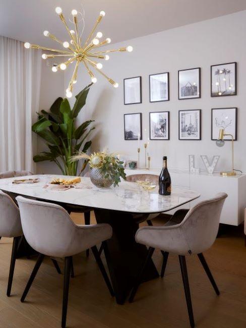 sala da pranzo con sedie colore grigio chiaro