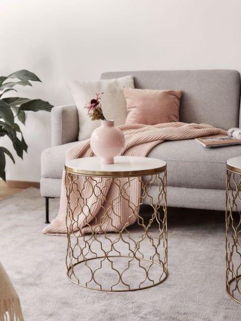 soggiorno con divano grigio e complementi rosa