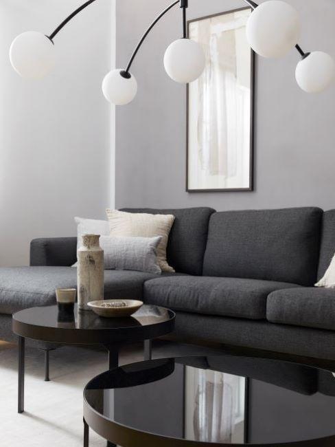 soggiorno con divano di colore griio scuro